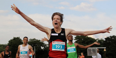 Carsten Schlangen jubelt über die Erfüllung der Norm für die Olympischen Spiele in London und über eine Zeit von 3:33,64min