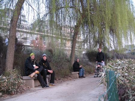 Christoph Lohse und Carsten Schlangen entspannen im Park